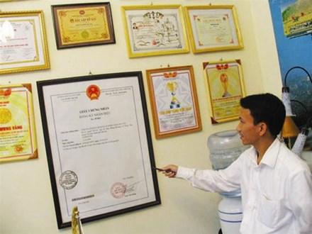 Nguyễn Viết Hòa đang giới thiệu các giải thưởng của Tập đoàn võ thuật Ngọc Hòa